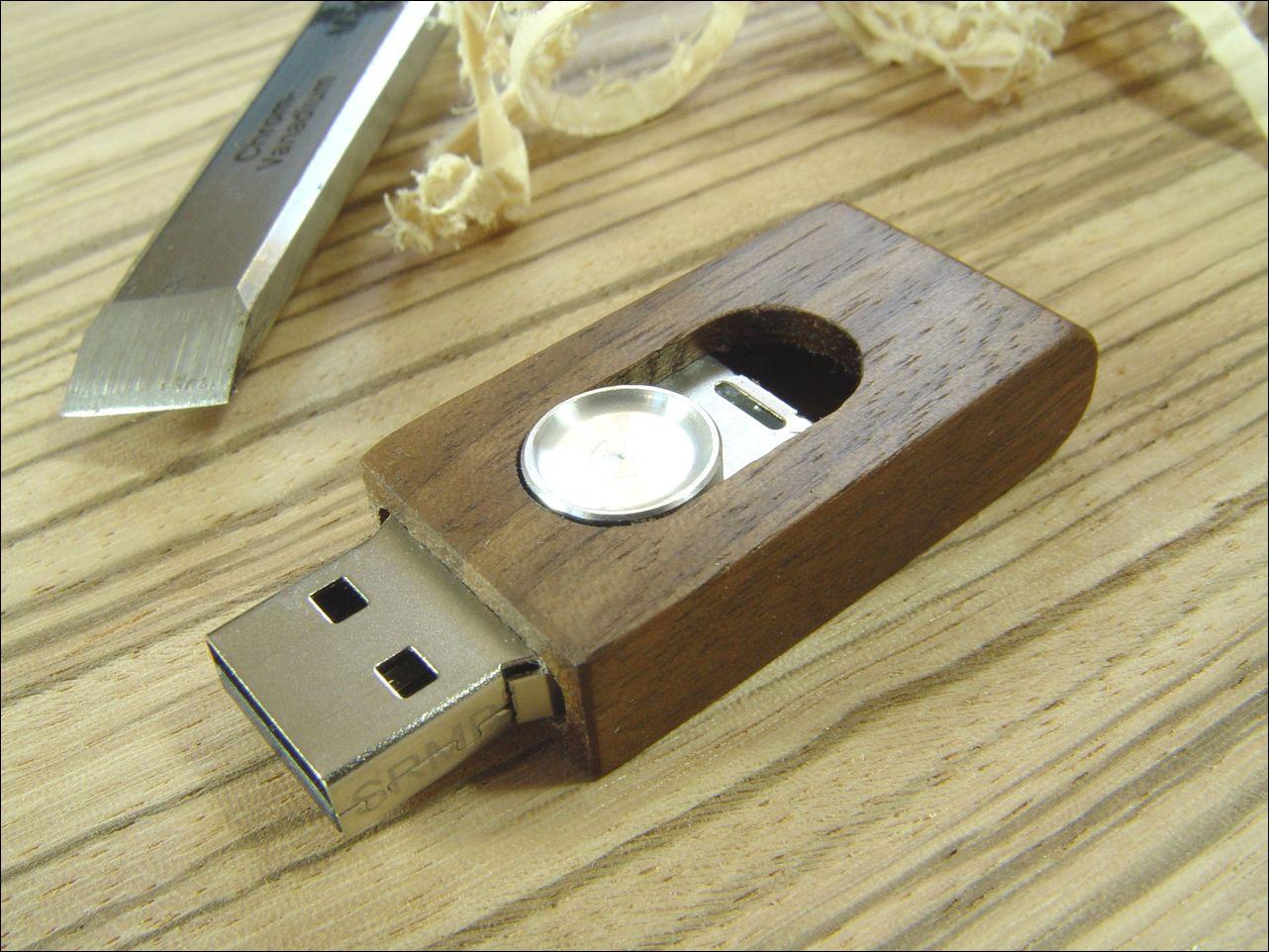 Hochwertige Handarbeit: So entsteht ein USB-Stick aus Holz